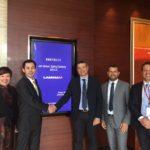 Handshake between the Chinese entrepreneur James Huang and AD Laminam Alberto Selmi